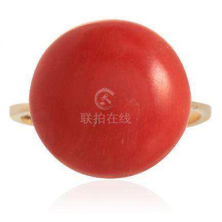 AN ANTIQUE CORAL RING in yellow gold, set with a