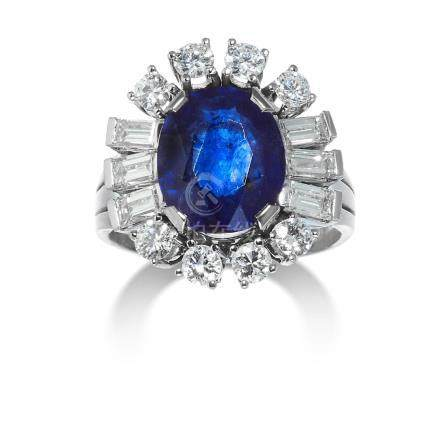 A SAPPHIRE AND DIAMOND CLUSTER RING in 14ct white gold,