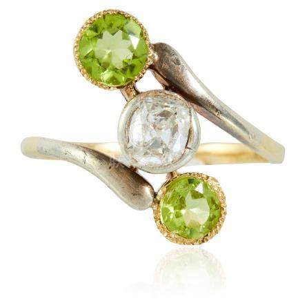 AN ANTIQUE DIAMOND AND PERIDOT RING in yellow gold, the