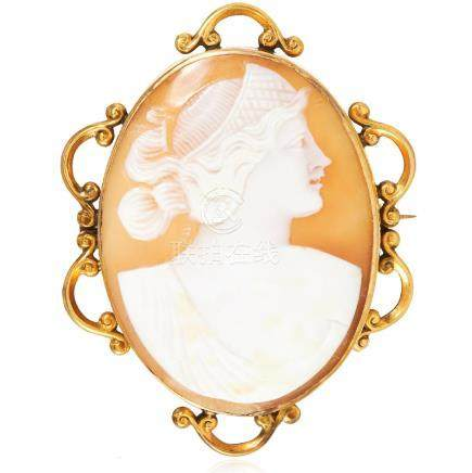 AN ANTIQUE CAMEO BROOCH in yellow gold, depicting a