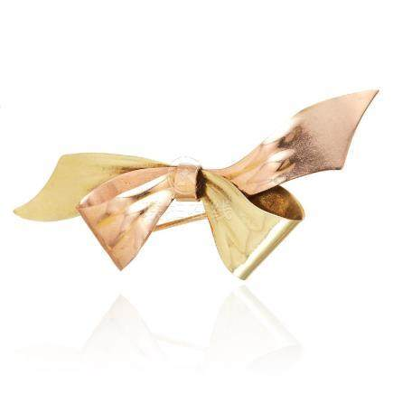 A VINTAGE BOW BROOCH, CARTIER in 14ct yellow gold, in