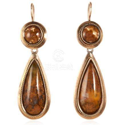 A PAIR OF ANTIQUE AGATE DROP EARRINGS in yellow gold,