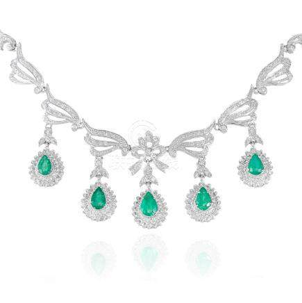 AN EMERALD AND DIAMOND NECKLACE, in 18ct white gold,