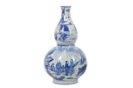 A CHINESE BLUE AND WHITE DOUBLE GOURD 'SCHOLARS' VASE.