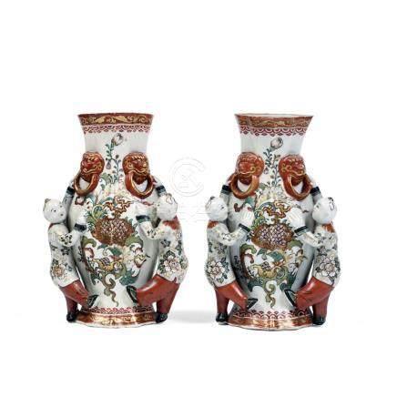 PAIRE DE VASES MURAUX en porcelaine de Kutani, émaux polychr