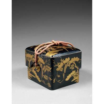 BOÎTE KOBAKO en laque ro-iro, à plateau mobile, à décor, en