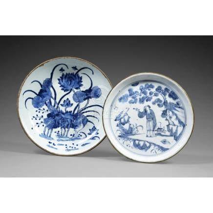 SUITE DE DEUX PLATS RONDS en porcelaine blanc bleu, à décor,