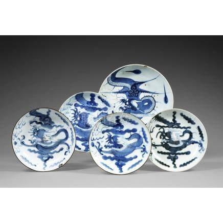 SUITE DE SIX OBJETS EN BLEU DE HUÉ en porcelaine blanc bleu,
