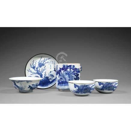 SUITE DE CINQ OBJETS EN BLEU DE HUÉ en porcelaine blanc bleu