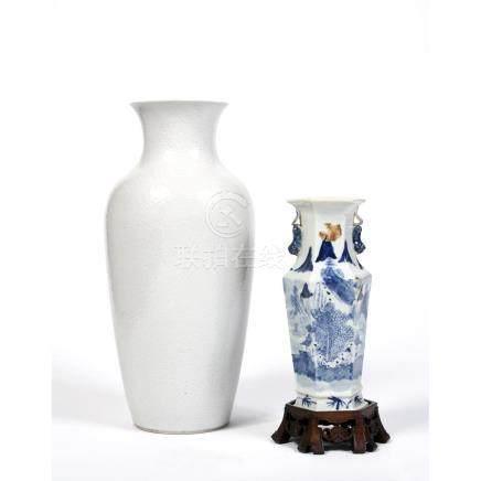 SUITE DE DEUX VASES en porcelaine, le plus grand en blanc de