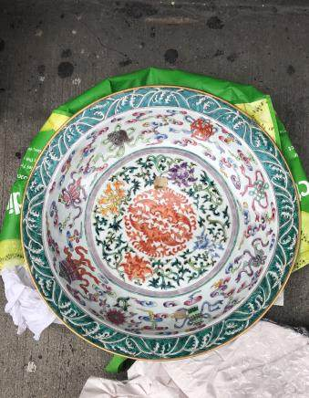 CHINESE FAMILLE ROSE PORCELAIN CHARGER