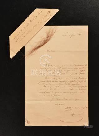 Relique de Sainte-Hélène.Papier plié, manuscrit à l'encre « Cheveux de l'Empere