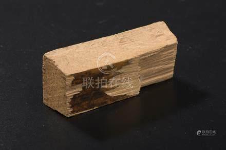 Morceau de bois, avec étiquette collée, manuscrite à l'encre « Fragment du cerc