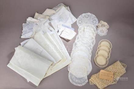 Ensemble de textiles du XIXe siècle comprenant :- Six serviettes blanches chiff