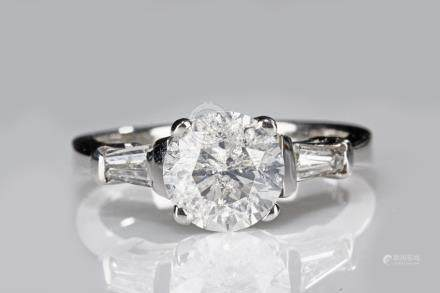 A 18K WHITE GOLD DIAMOND RING
