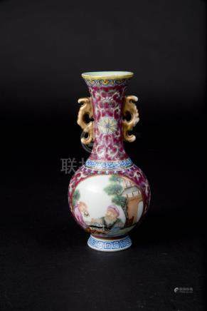 乾隆 珐琅彩人物小花瓶 Qianlong,Famille-rose Enamel Floral vase with Windows of Figures 高(Height):15.5cm