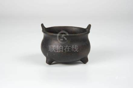 洪武款 桥耳香炉 Hongwu Mark Censor with Upright Loop Ear Handle 高(Height):8cm 宽(Width):10.5cm 重(Weight):692g