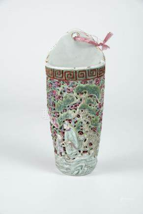 清光绪 粉彩缕空松鹿人物壁瓶 Qing, Guangxu, Famille-rose Reticulated Wall-hung Vase with Deer and Figures 高(Height):20cm