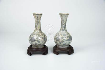 明中期 青花缠枝连小赏瓶 (一对)Ming, A Small Pair of Blue and White Floral- Scrolls Vase  高(Height):15cm