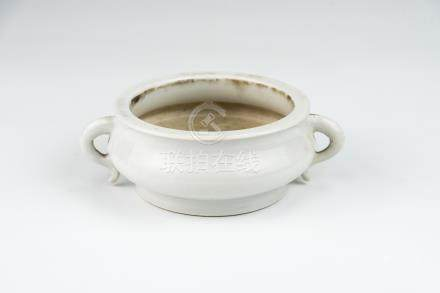 清 德化压经耳炉 鸡心釉底 Qing, Dehua Censer with Upright Handles 高(Height):5cm 宽(Width):15cm