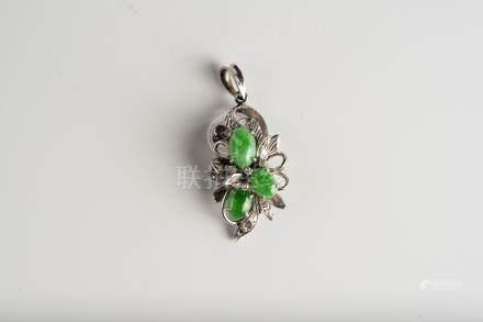 铂金镶翡翠吊坠                  A Platinum Jadeite Pendant