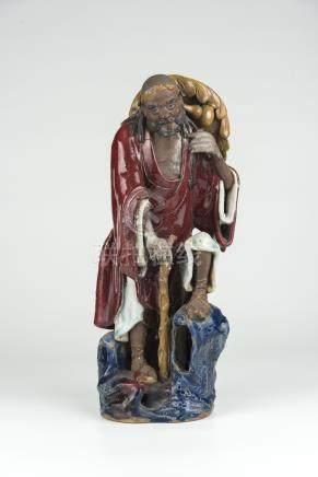 清 红釉石湾窑铁拐李站像 Qing, Red-glazed Shiwan Figure of One of the Eight Immortal 高(Height):39.5cm