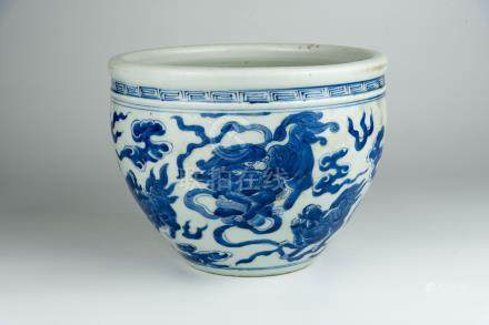 乾隆 青花狮子小缸Qianlong, Blue and White Jar with Dragon 高(Height):18cm 直径 (Diameter):24cm