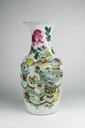 光绪浅绛博古瓶Guangxu, Bottle Vase with Pastel Enameled Floral Offerings 高(Height):44cm