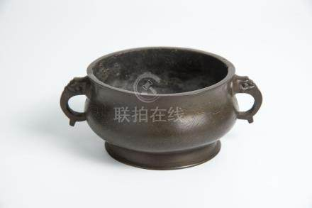 清 象鼻耳铜香炉(石叟款)Qing, Bronze Censer with Elephant Loop Handles Mark of Shiyan 高(Height):5.5cm 宽(Width):13.8cm 重(Weight):422g