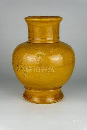 清 黄釉凸雕双龙戏珠尊大清康熙年制款Qing, Yellow-Glazed Carved Jun with Twin-Dragon and Pearl 高(Height):33cm