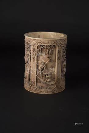 民国  象牙仕女大笔筒Republic Period, Ivory Brushpot Carved with Ladies 长(Length):15.2cm 宽(Width):13cm高(Height):16cm重(Weight):1663g