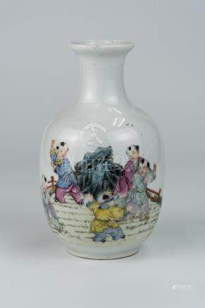 民国 粉彩婴戏图小瓶 洪宪年制款Republic Period, A Small Famille-rose Children-at-play Vase Hongxian Mark高(Height):18.5cm