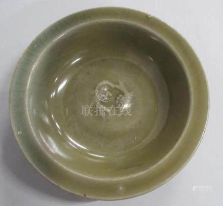 CHINE, époque MING - Coupelle en grès céladon foncé à décor en relief de deux p