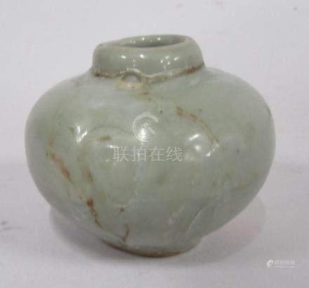 CHINE, époque MING - Petit vase boule en grès céladon à coulures ( un éclat à l