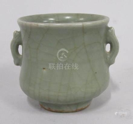 CHINE, époque MING - Petit vase à anses en grès céladon à coulures. H.7,5 - Dia