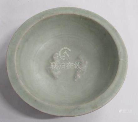 CHINE, époque MING - Coupe en grès céladon à décor en relief de deux poissons a