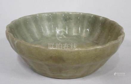CHINE, époque MING - Coupelle creuse godronnée en grès céladon foncé (restaurat