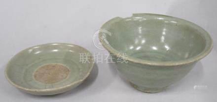 CHINE, époque MING - Bol en grès céladon à décor gravé d'un motif (manque sur l