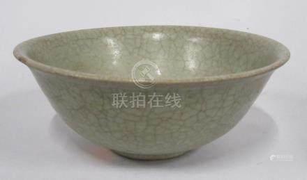CHINE, époque MING - Bol en grès céladon craquelé (petit éclat). H.6,5 cm - D.1