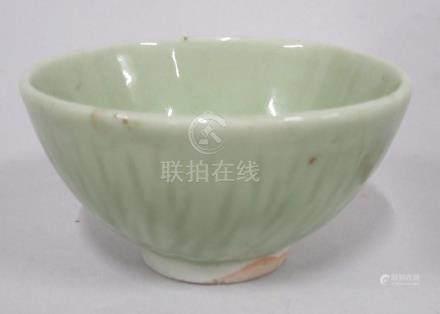 CHINE, époque MING  - Petit bol en grès céladon à décor strié. Marque en spiral