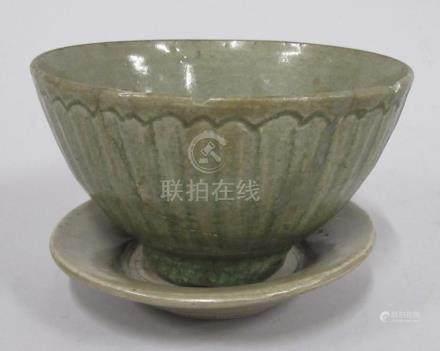 CHINE, époque MING - Bol en grès céladon craquelé à décor de godrons et vaguele