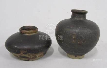CHINE, époque MING - Petit vase boule et vase à panse applatie en grès à émail