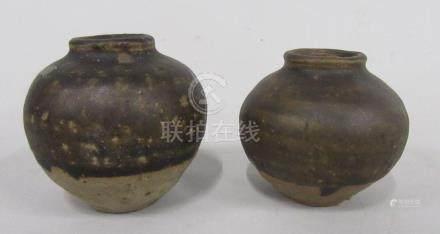 CHINE, époque MING - Deux vases boule en grès émaillé brun.  H.7 et 6,5 cm