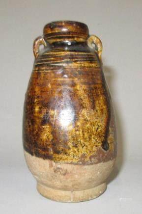 CHINE, époque MING - Petit vase ovoïde en grès à émail brun à coulures, décor r