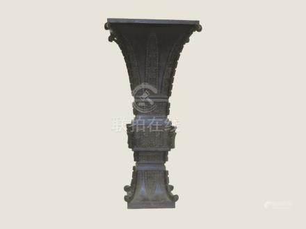 """CHINE, époque MING - Grand vase """"GU"""" en bronze à patine brune à section carré à"""