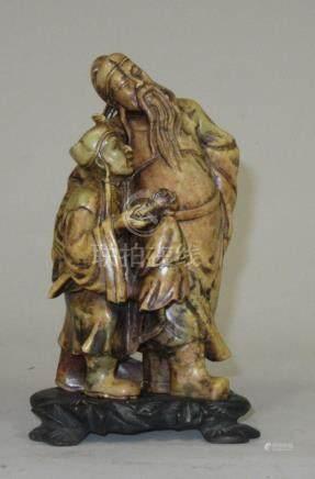 """CHINE """"Maître et élève"""" Deux personnages en pierre dure marron. H. 16 cm"""