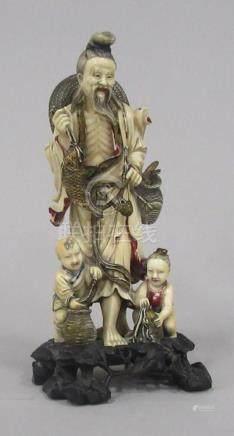 CHINE - Sculpture en ivoire sculpté et polychromie décor d'un pêcheur.  H. 20 c