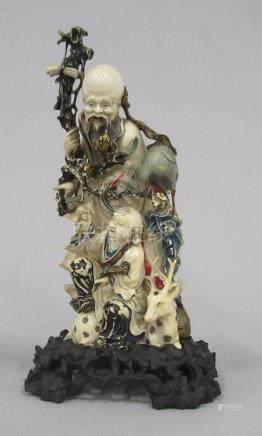 CHINE - Sculpture en ivoire à décor d'un vieillard, enfant et animaux. Polychro