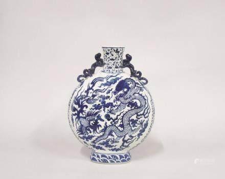 """CHINE - """"Moon Flask"""" en porcelaine blanc bleu à décor de phénix et dragons à ci"""
