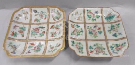 CHINE - Deux coupelles carrées en porcelaine à décor polychrome et or de fleurs